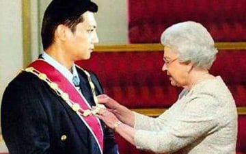 Wong receives his honour from the Queen