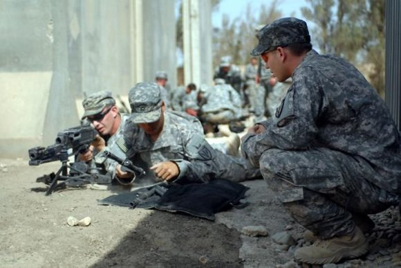 US troops in training carry out a barrel change on an M240B machine gun. Credit: Sgt Lindsey Bradford/US Army