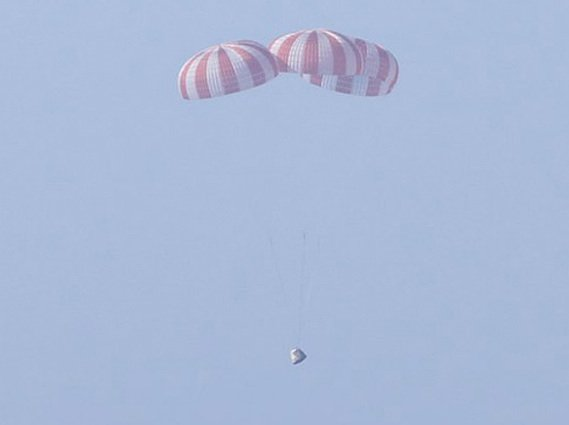 The Dragon capsule coming in for its first splashdown. Credit: SpaceX