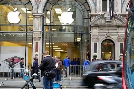 The iPad queue London, credi