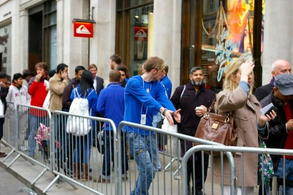 The iPad queue London, credit The Registe