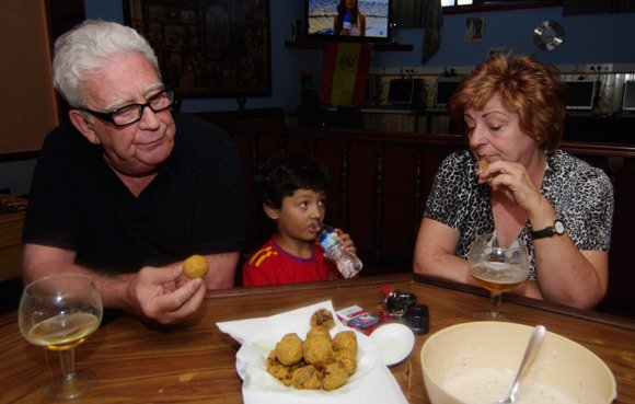 Jose Maria Pita tries haggis pakora