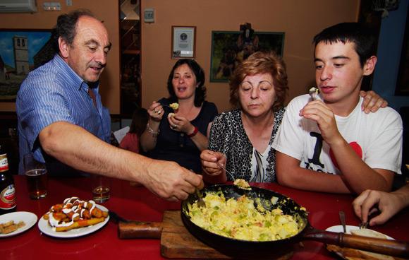 Fernando, Lourdes, Fina and Andres pile into the Bauernfrühstück