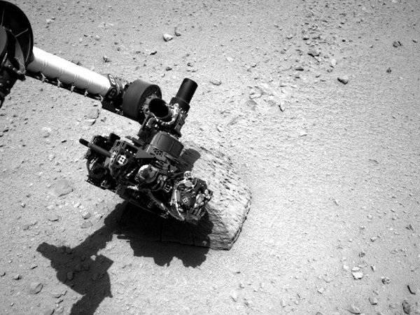 Curiosity's robotic arm probes first rock