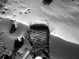 Curiosity&amp;#39;s wheel scuff for soil sample at Rocknest