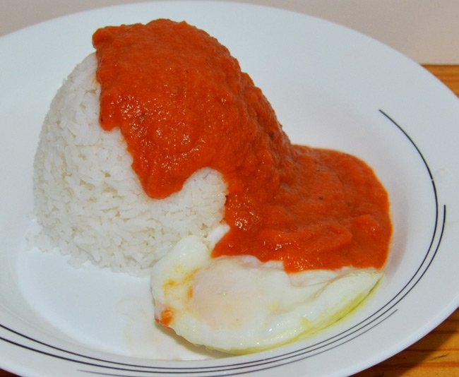 Chris's huevos a la cubana - eggs, rice and tomato sauce