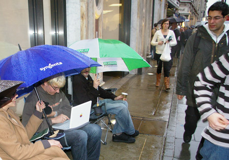 Queue for Apple iPhone on Regent Street