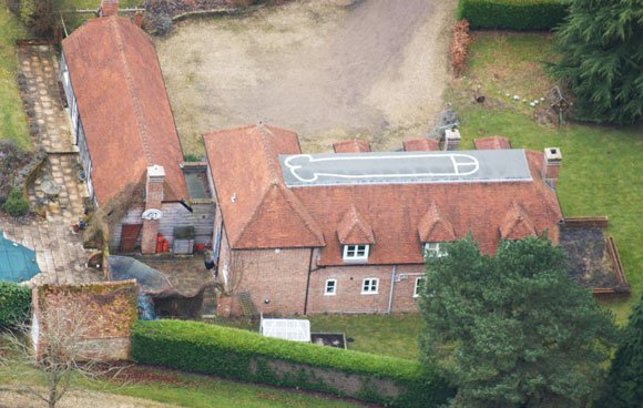The giant phallus seen on the roof of Berkshire mansion. Photo: KNS News