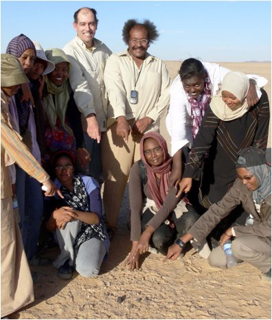 NASA's Jenniskens with Dr Shaddad and students from Khartoum Uni at a meteorite find in the Nubian Desert