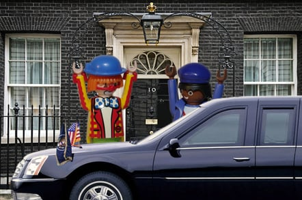 Brown greets Obama at Downing Street