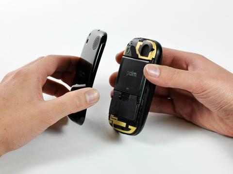 Palm Pre: open battery compartment