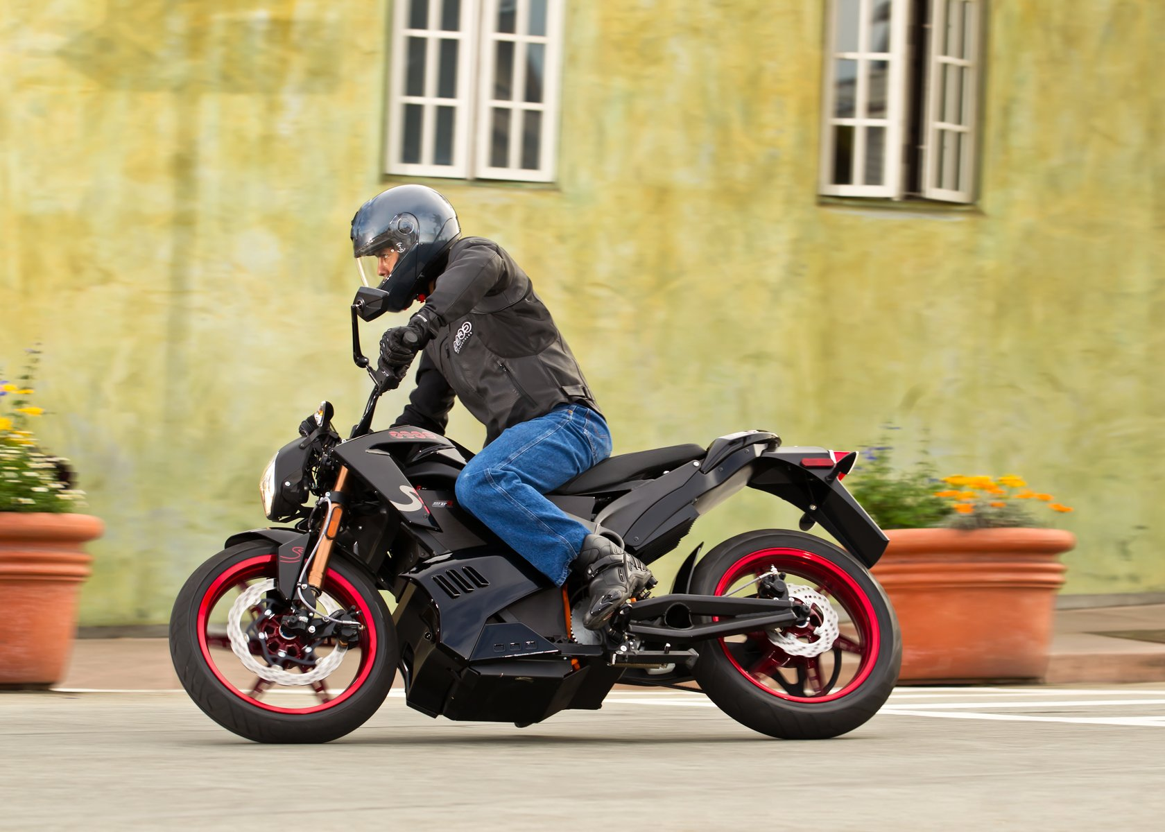 production electric motorcycle breaks 100 mile range the. Black Bedroom Furniture Sets. Home Design Ideas