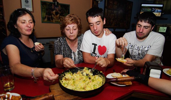 Lourdes, Fina, Andres and Diego get stuck into the Bauernfrühstück