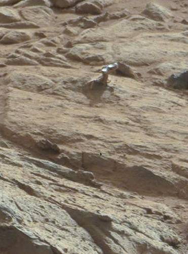 Curiosity photographs mysterious metal object on Martian ...