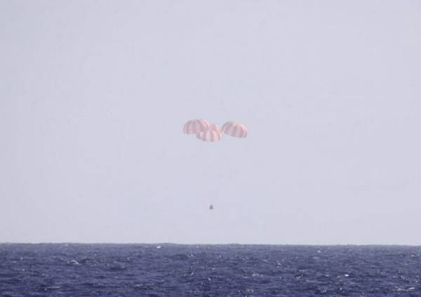 SpaceX Dragon capsule landing