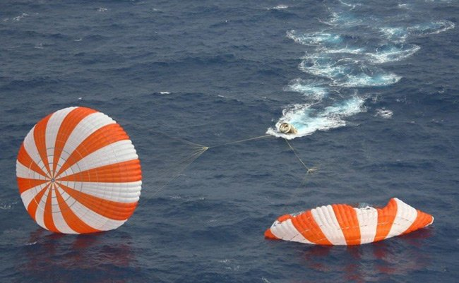 Dragon spacecraft and chutes in the Pacific after splashdown on 31 May 2012. Pic: US Navy/NASA