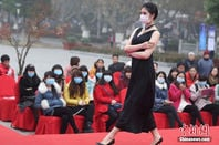 Fashion models in Shenzhen, forced to wear protective masks on the runway due to air pollution