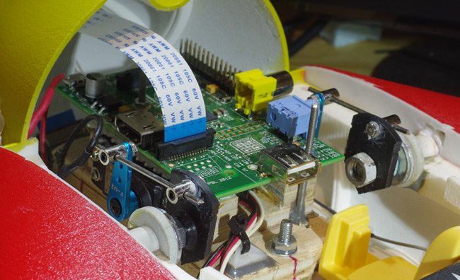 The canard connections insiode the fuselage, with the Raspberry Pi sitting above the servos