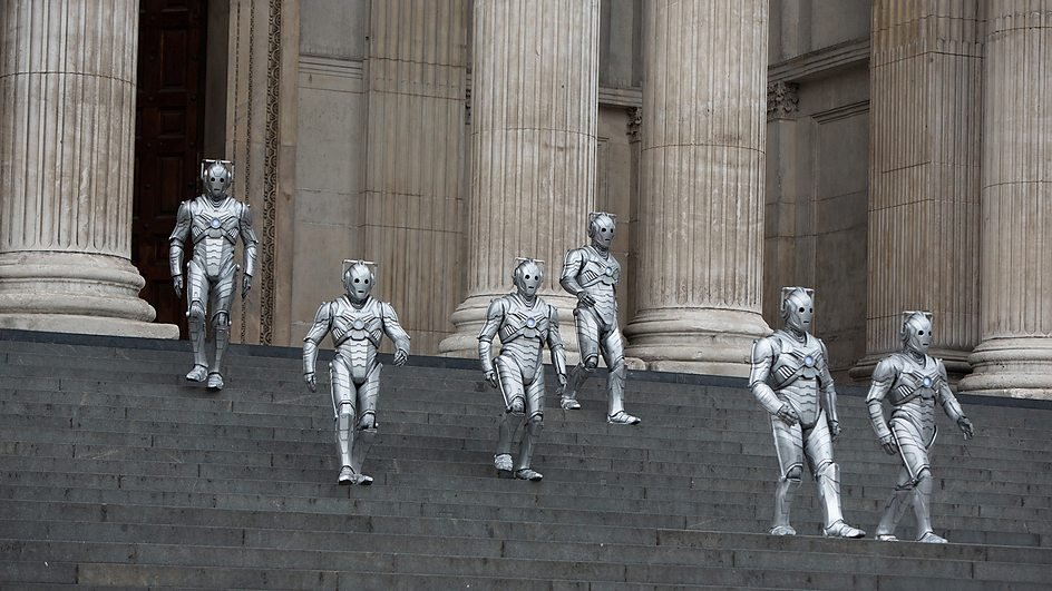 Cyberman on steps of St. Paul's