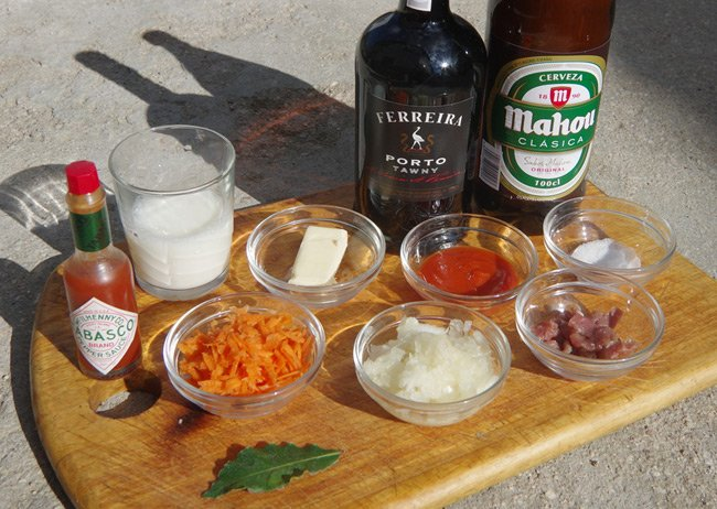 The ingredients needed to make the Francesinha sauce