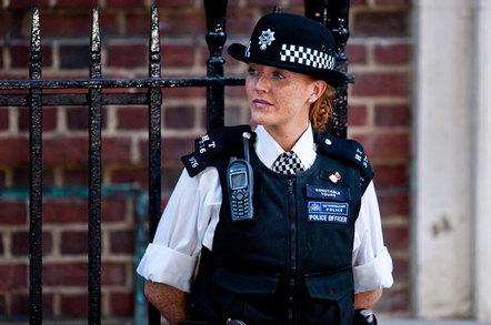 shutterstock_150125084_police_woman(2)