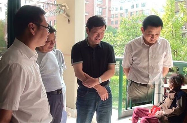 Photoshop fail: Chinese officials visit dimunitive pensioner – oops no legs