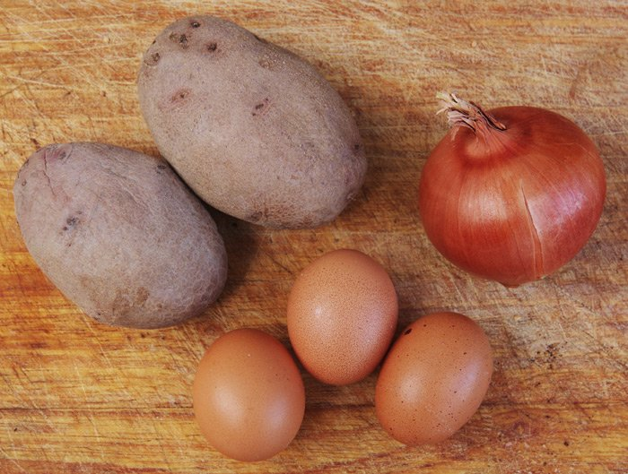 The ingredients for tortilla de patatas