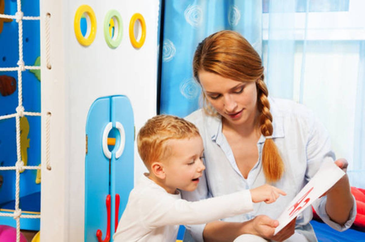 "how speech and language therapists help children Parents as ""speech therapists"": help their child as much as a speech-language pathologist can many parents wonder about their ability to help their child."