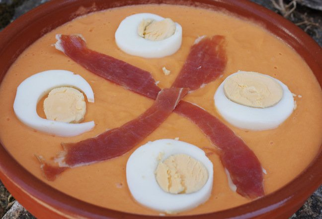 The garnished dish of salmorejo