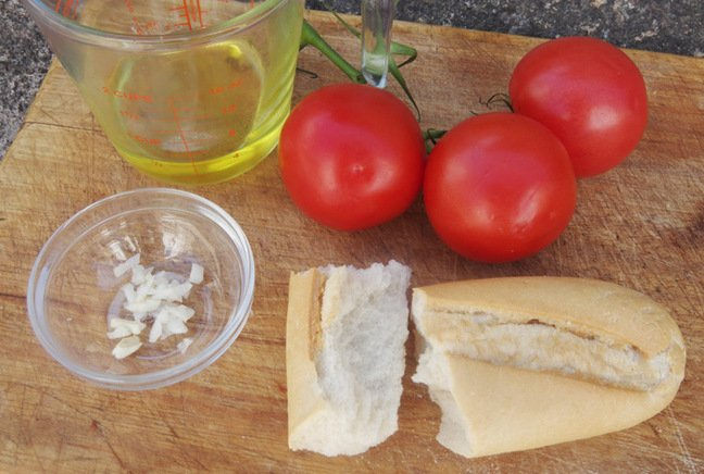 The ingredients required for salmorejo