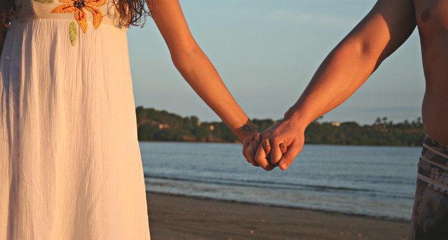 Couple holding hands. Pic: Marina Aguiar