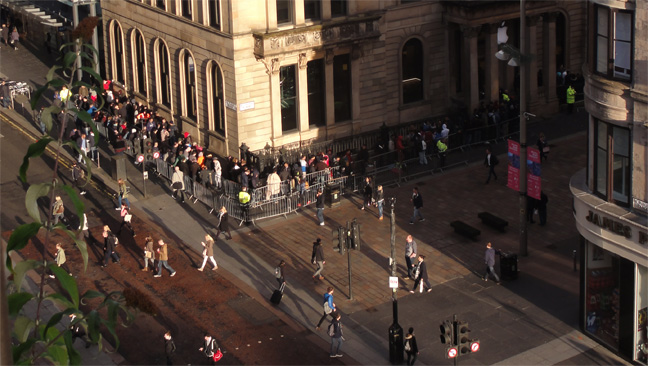 apple_iphone6s_queue_glasgow_v1_648