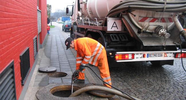 emptying_a_tank_of_sewage_648
