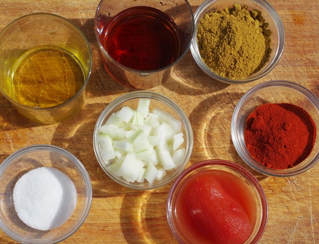 The ingredients to make currywurst sauce
