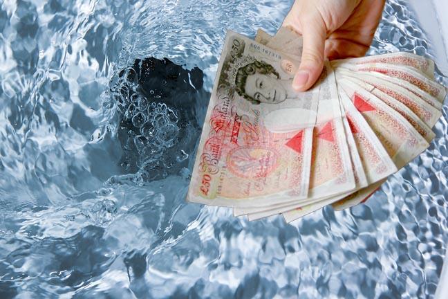 Schoof van £ 50 bankbiljetten op de rand van een toiletpot, terwijl het toilet wordt doorgespoeld. Collage van twee foto's afkomstig van Shutterstock