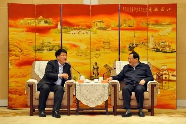 Jiangsu_Provincial_Party_Committee_Secretary_Li_Qiang_(right)_and_Tsinghua_Unigroup_Chairman_Zhao_Weiguo_(left)