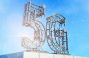 Antenne de station de base pour la communication mobile, réalisée sous la forme d'un symbole 5G, sur le toit du bâtiment. Illustration 3D.
