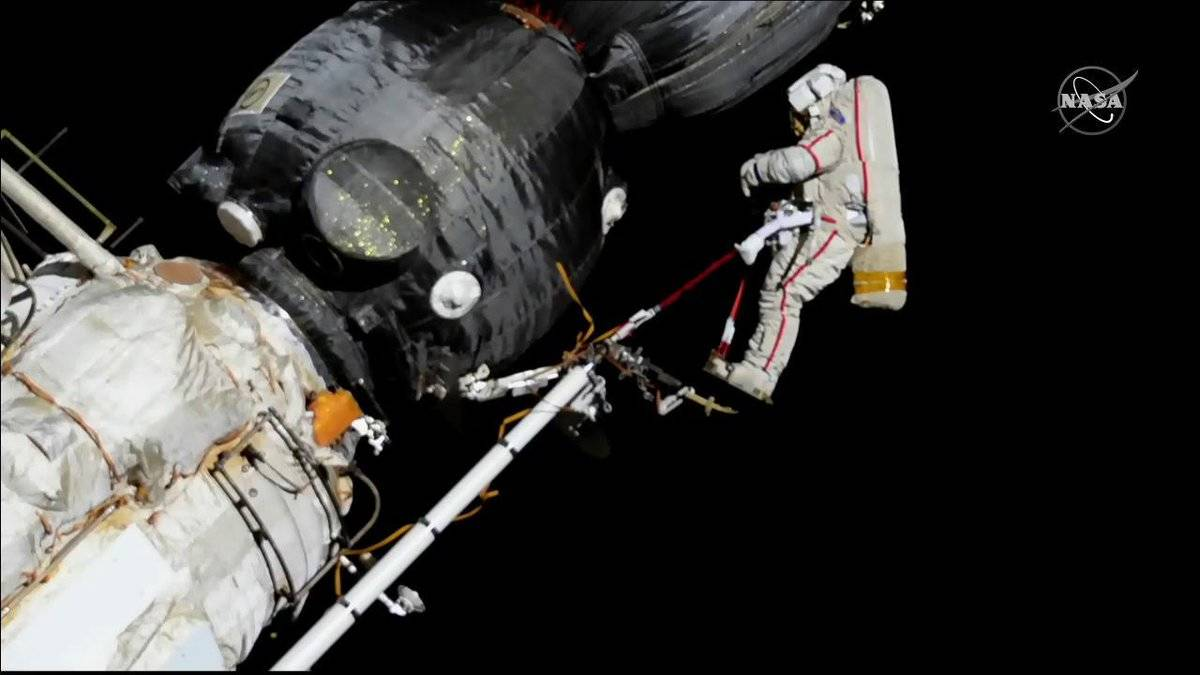 Samples cut around Soyuz hole in spacewalk