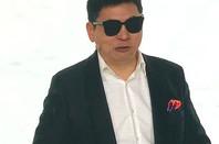 richard yu wears huawei smart glasses