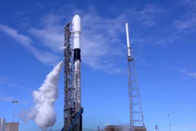 SpaceX launched 60 mini-satellites to improve global internet coverage