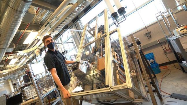 Brendel fait tourner une expérience de réfrigérateur hautement instrumentée conçue pour fonctionner dans différentes orientations, même à l'envers