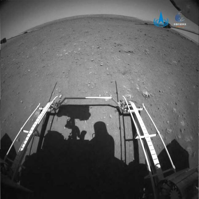 Judging from the telemetry data, at 10:40 on May 22, the Zhu Rong rover had safely left the landing platform, reached the surface of Mars, and began to patrol and explore. (The picture taken by the front obstacle avoidance camera)