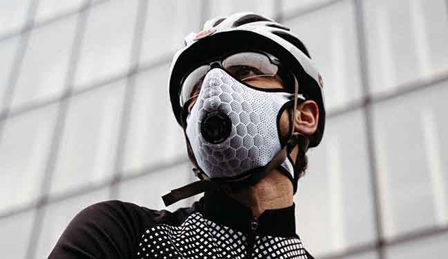Cyclist wearing a R-PUR mask